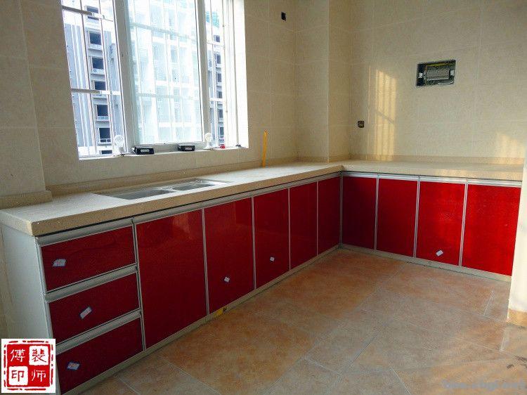 根据目前市场价格,一般家庭的厨房定做一套中档的整体灶台橱柜少在则近万元,多则几万元。而瓷砖橱柜灶台,最多只要10002000元也就能搞定了。 瓷砖橱柜灶台成为家庭厨房装修的新亮点,目前的瓷砖橱柜灶台从制作工艺到整体结构,已经摆脱了传统笨拙的制作方式。灶台这个词可能让人感觉好像一下回到了以前农村做饭用的烧火灶,而与现代化的漂亮橱柜大相径庭,但是您也许还没有看到它现在的模样,网上搜索裴师傅瓷砖灶台看一看它的照片,您必定会改变固有的观念,瓷砖橱柜灶台真是魅力太大了。 瓷砖橱柜灶台具有防浸泡、防高温的特