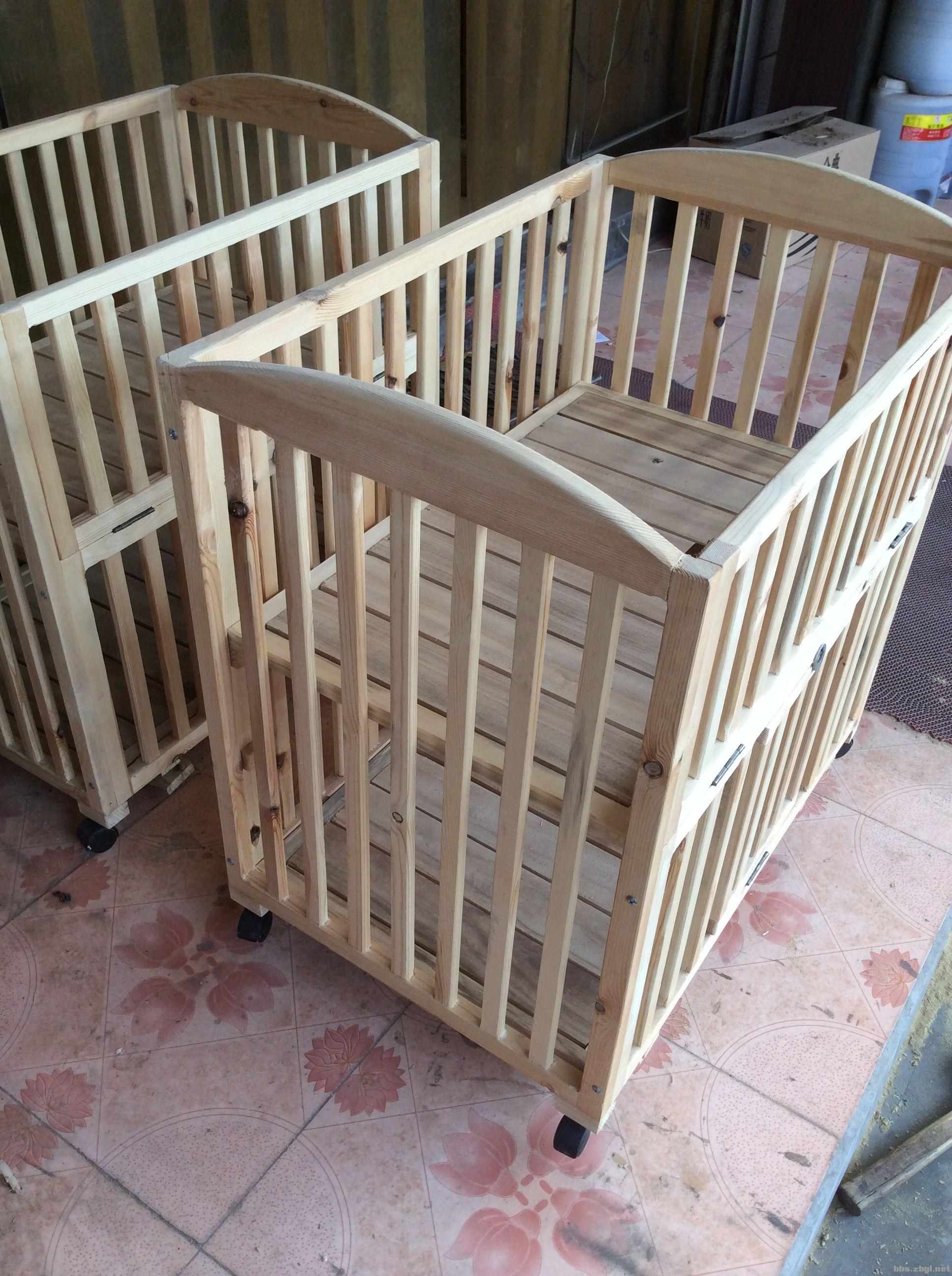 出售木匠自己设计制作的婴儿床
