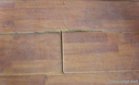 地板铺装前地面不平应该用什么方法来找平?地面找平主要有以下三种方法:自流平找平、水泥砂浆找平、石膏找平。当然这几种找平方法也是各有利弊,大家可以根据自己家实际情况做一下比较,然后再选择找平方法。 一、水泥砂浆找平 优势:适合各种地面、各种地板铺设前的地面找平。 适用环境:房子举架高,暖气片采暖、实木地板铺设前找平、复合地板铺设前找平。 缺点:找平厚度太厚在25~35mm,如果水泥砂浆配比不对会使面层粉化起砂,起灰及裂纹。地板(复合地板)与找平层形成一些间隙,人踩上去以后压迫地面灰尘向四周分散,然后从伸缩缝