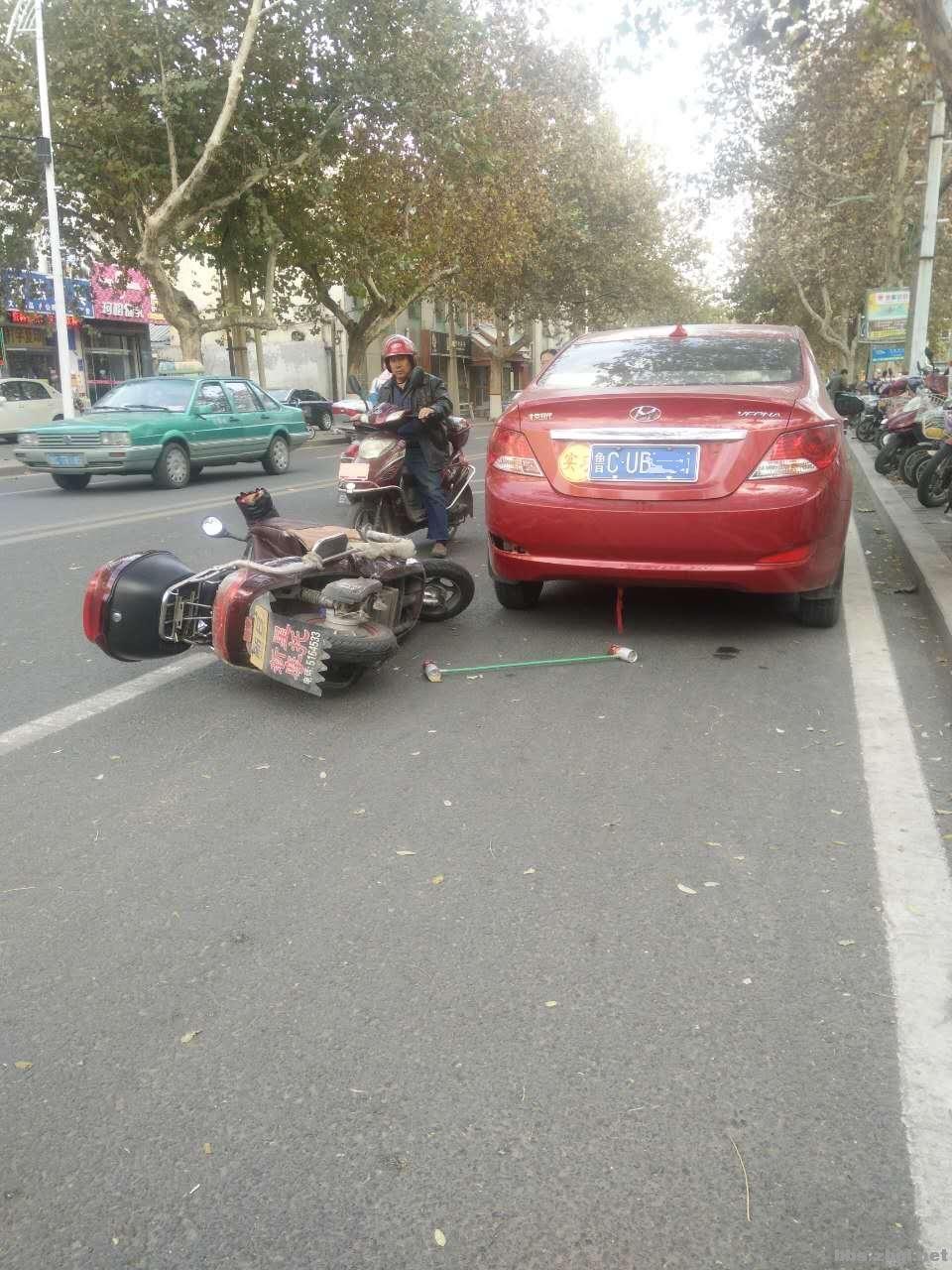 电动车追尾机动车,谁的责任高清图片